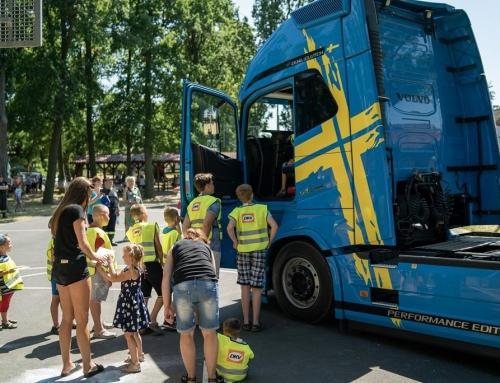 Martwe pole w ciężarówce. Grzegorz Ostaszewski i akcja dla dzieci w Dobrzejowicach.