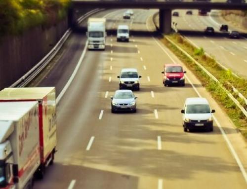 Sezon urlopowy na polskich drogach – trudny czas dla kierowców ciężarówek.