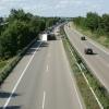 Niemcy A6. Policjant zatrzymuje kierowców robiących zdjęcia wypadku.