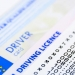 Kiedy kierowca może wyjąć kartę z tachografu? Praktyczne case study i przegląd taryfikatora kar.